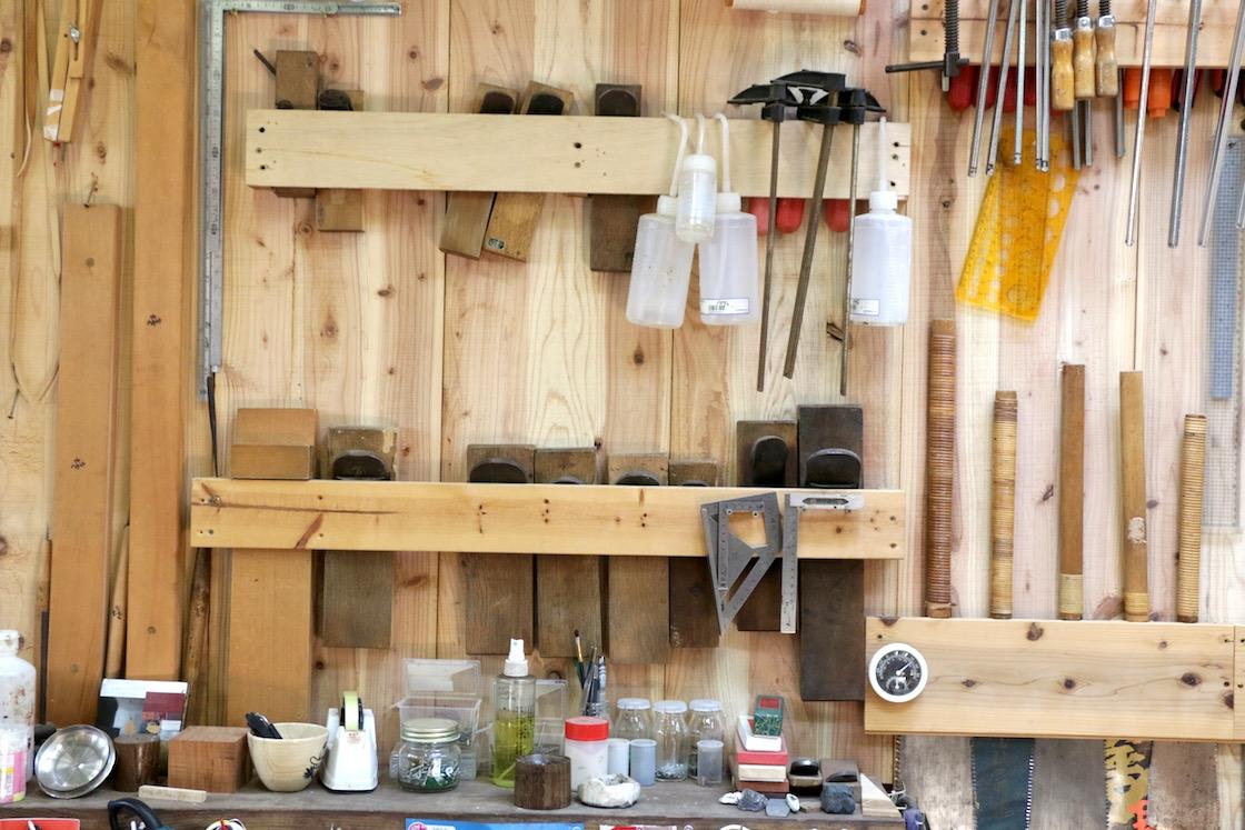 壁にずらりと並ぶ道具類