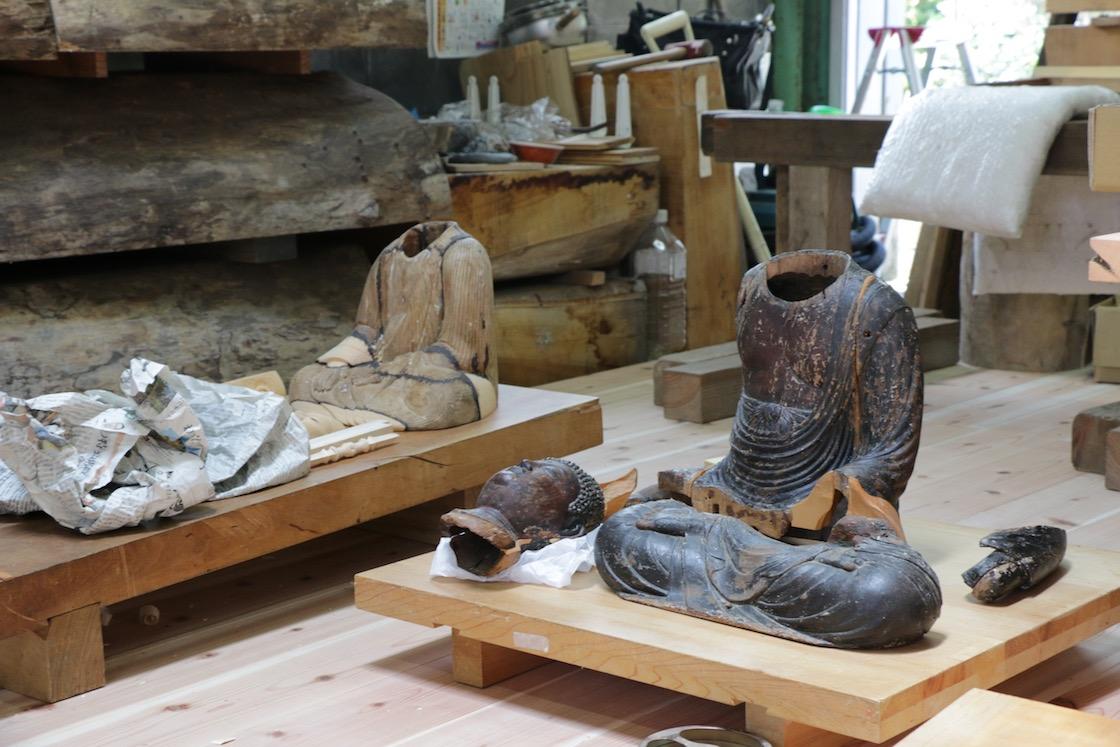 工房には修理中の仏像が並ぶ
