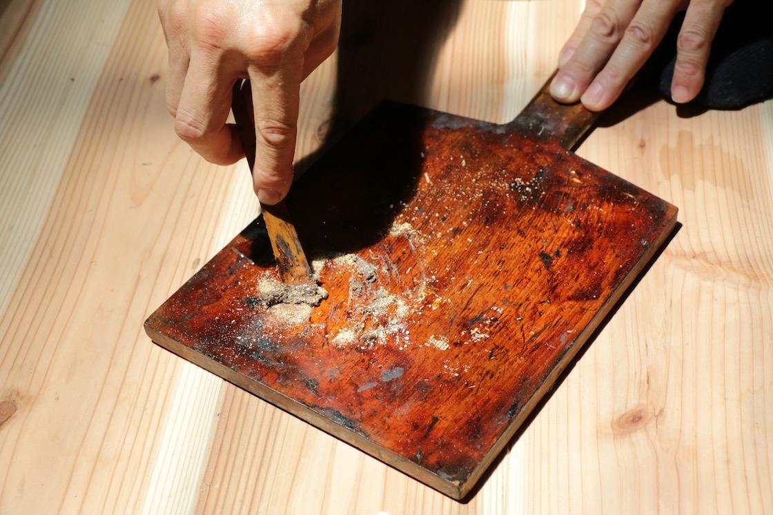 漆と木屑を混ぜ合わせたもの。乾漆という、表面を布張りで作るお像に用いる