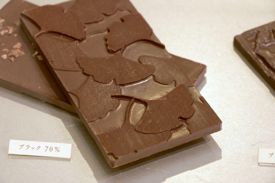 こちらのチョコレートの表面にはわずかな凹凸が。業界では異例だという木製の型をあえて使うことで、木の肌のゆらぎをチョコレートの表面に転写させているそう