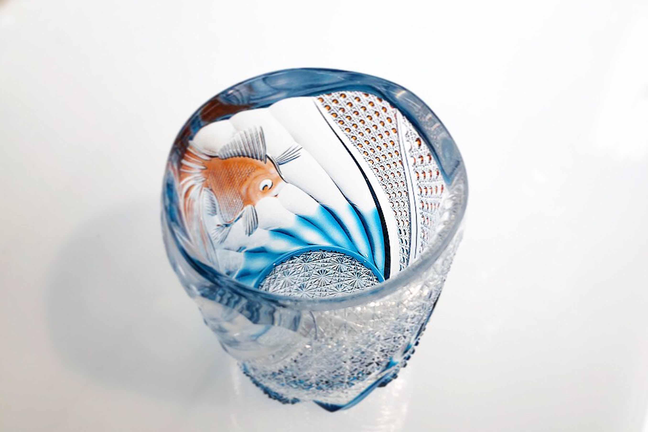 江戸切子らしい伝統紋様「菊つなぎ」と、写実的に描かれた金魚に色のグラデーションが加わります