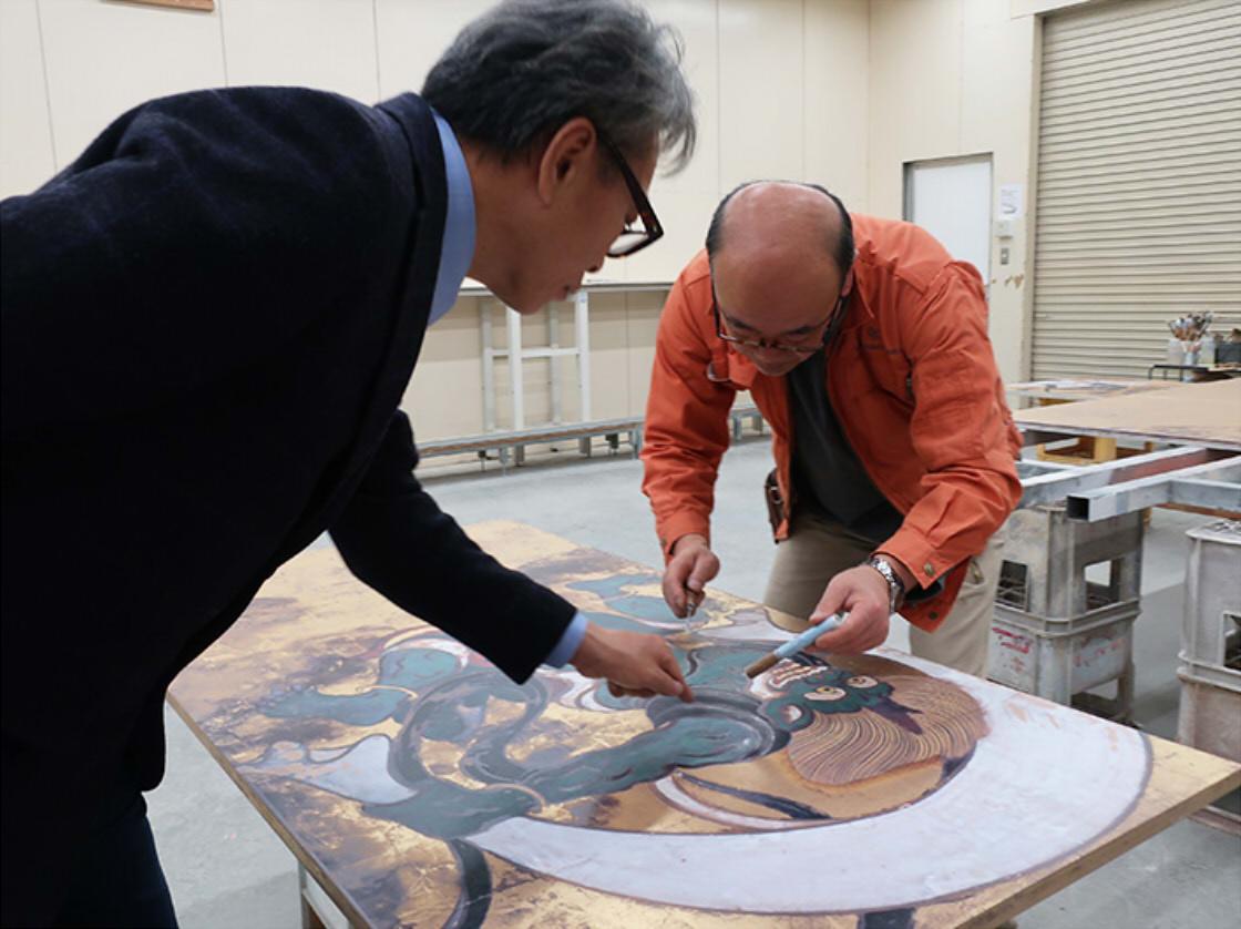 陶板画レプリカ製作、専門家による監修の様子