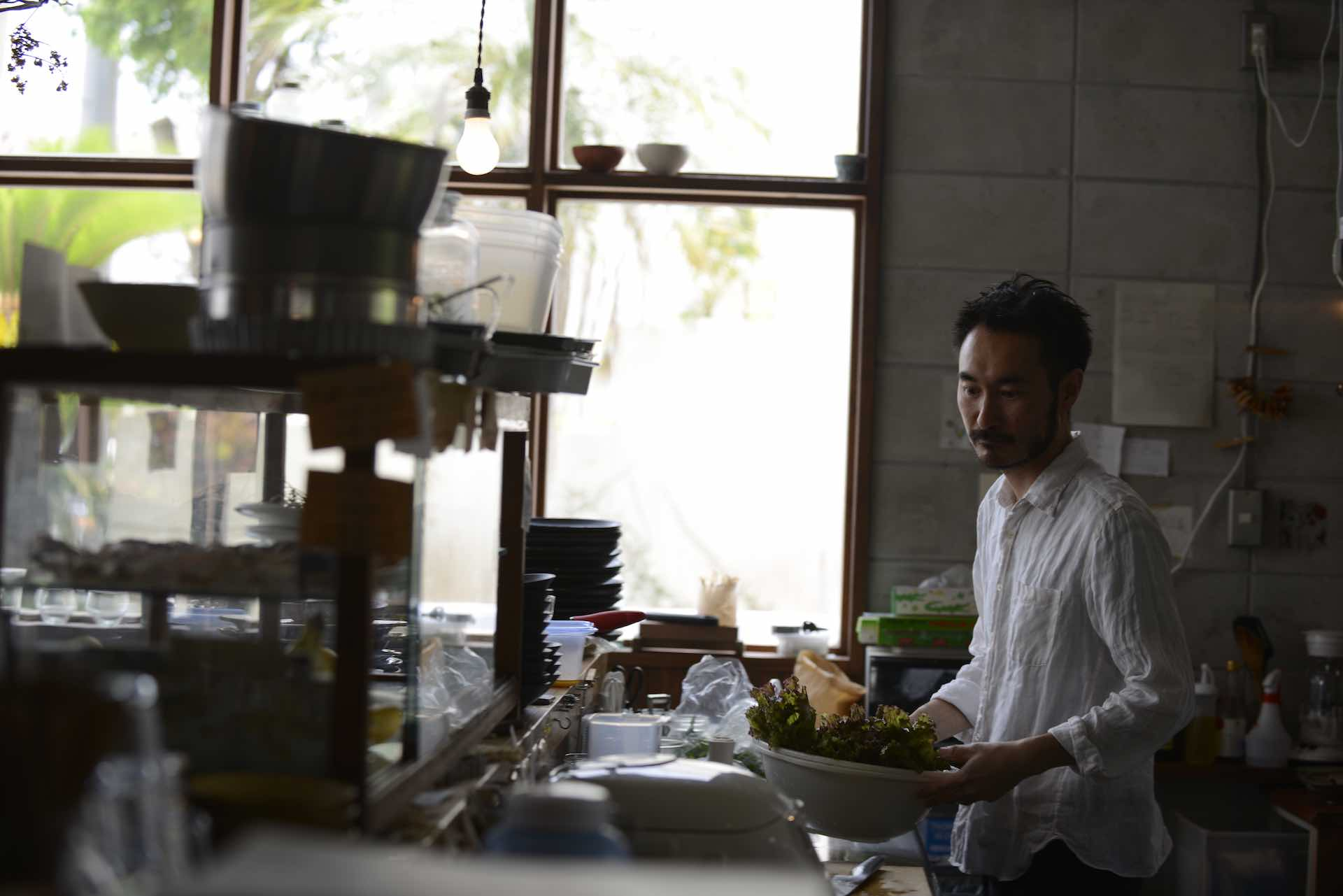 オーナー兼シェフの五十嵐亮 (まこと) さん。手には盛りだくさんの旬の野菜