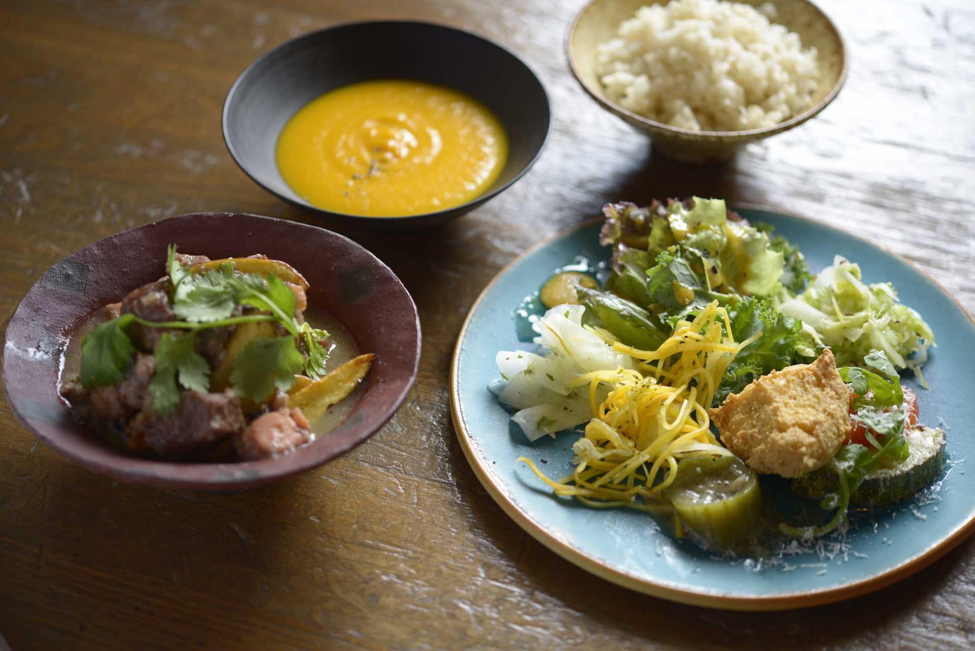 右奥のスープ皿は、「木漆工とけし」さんのうつわ。沖縄で注目の工房です。左の赤いうつわは木村容二郎さん、手前の青い皿は大嶺工房、奥のご飯茶碗は宮城陶器さんのものと、沖縄の作家さんのうつわがずらり