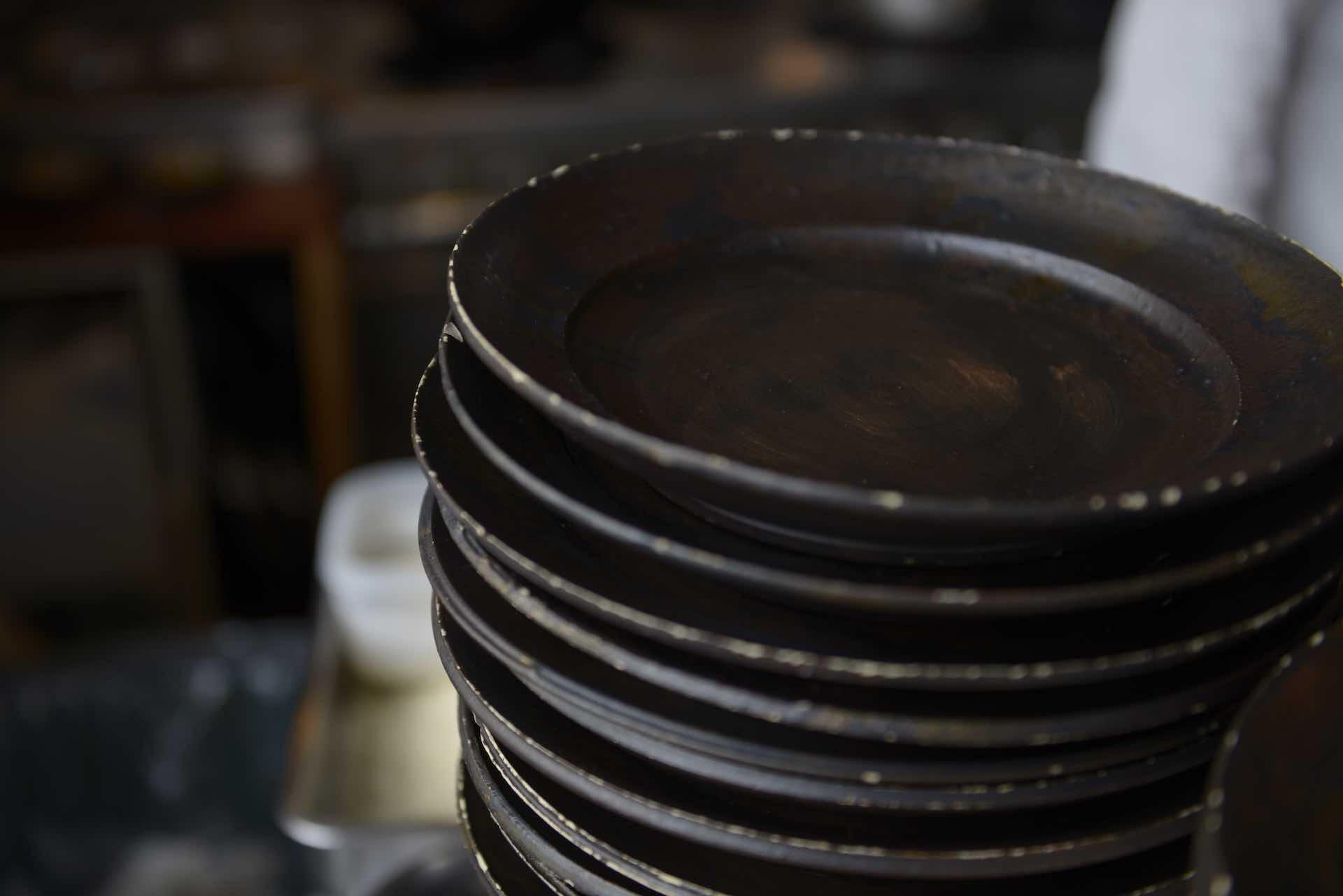 ランチのプレートに使われていたのは宜野湾市に青鳥窯という工房を構える陶芸家・杉山早苗さんの八寸皿。オープンに合わせて製作してくれたそう