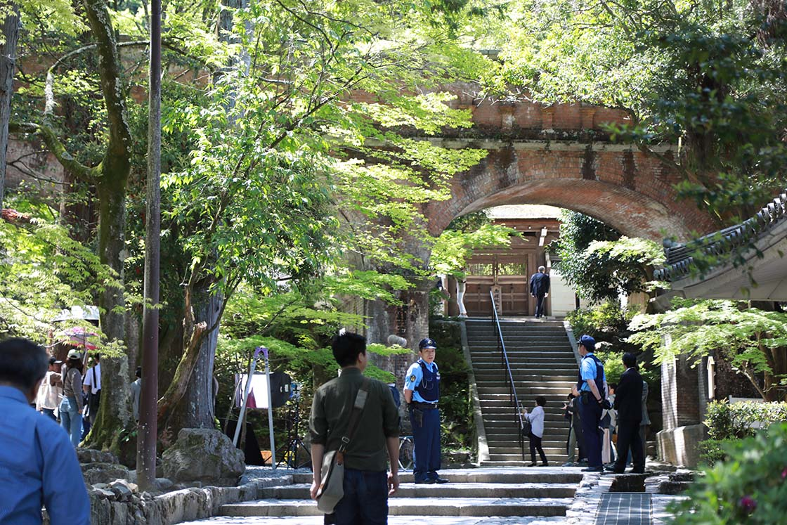 サスペンスドラマロケ地としても有名な、南禅寺敷地内にあるアーチ橋「水路閣」。当日もちょうどロケが行われていました