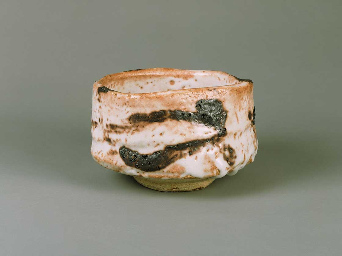 志野茶碗 銘 鯨帯 加藤唐九郎 昭和44年(1969) 愛知県陶磁美術館 (川崎音三氏寄贈)