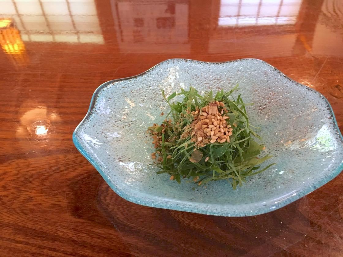 沖縄で昔から愛される「長命草」のサラダ。その名の通り「1株食べると1日長く生きられる」と言われるほど栄養満点です