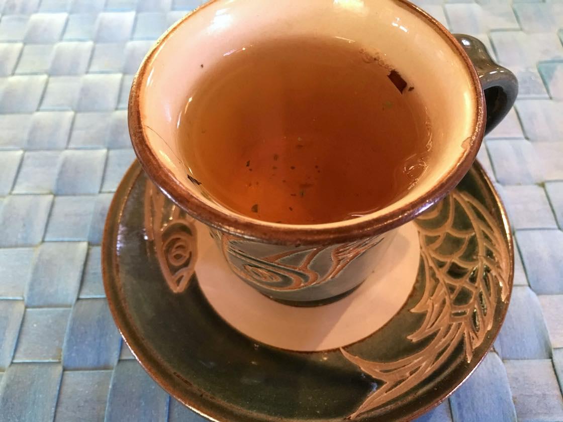 40種類もの薬草がブレンドされた「薬草茶」。このティーカップは金城次郎さんの娘さん、金城須美子さんのもの