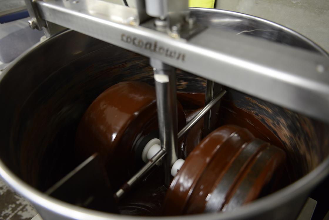 お店の奥の工房はガラス張り。チョコレート作りの様子が伺えます