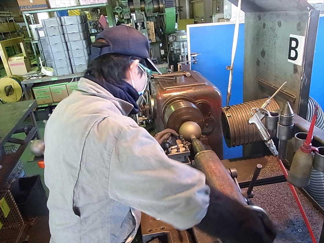 材料を高速回転させて、鋭利な刃で規定の大きさに加工する