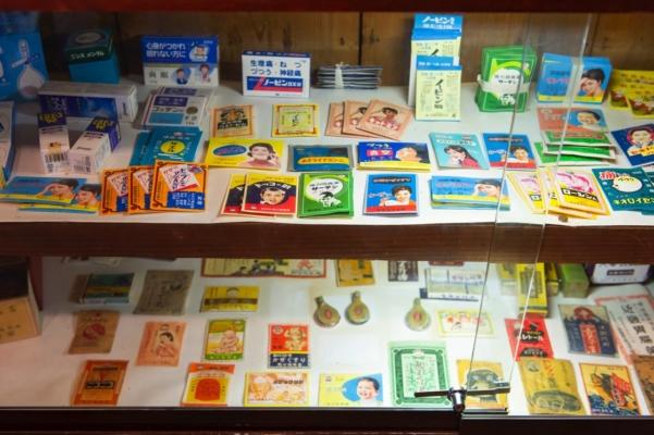 「くすり資料館」では昔のレトロなパッケージを展示する