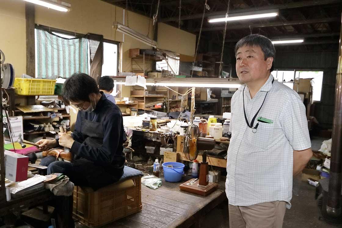 リバーフィールド代表の川原さん。八幡靴の魅力を伝えたいと同社を創業
