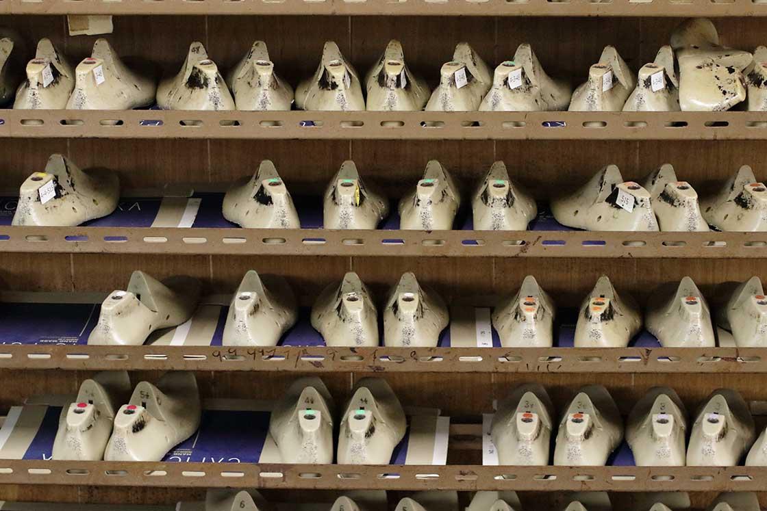 工房にはさまざまな足の形に対応できる靴型をストック