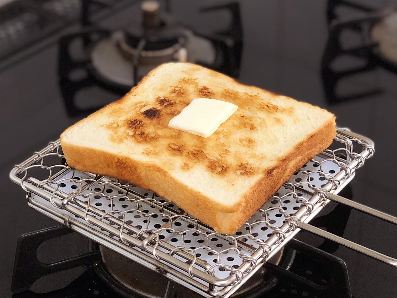 1分と経たないうちに、表面がカリッと焼きあがりました。火を止めて熱々のトーストの上にバターを落としてみました