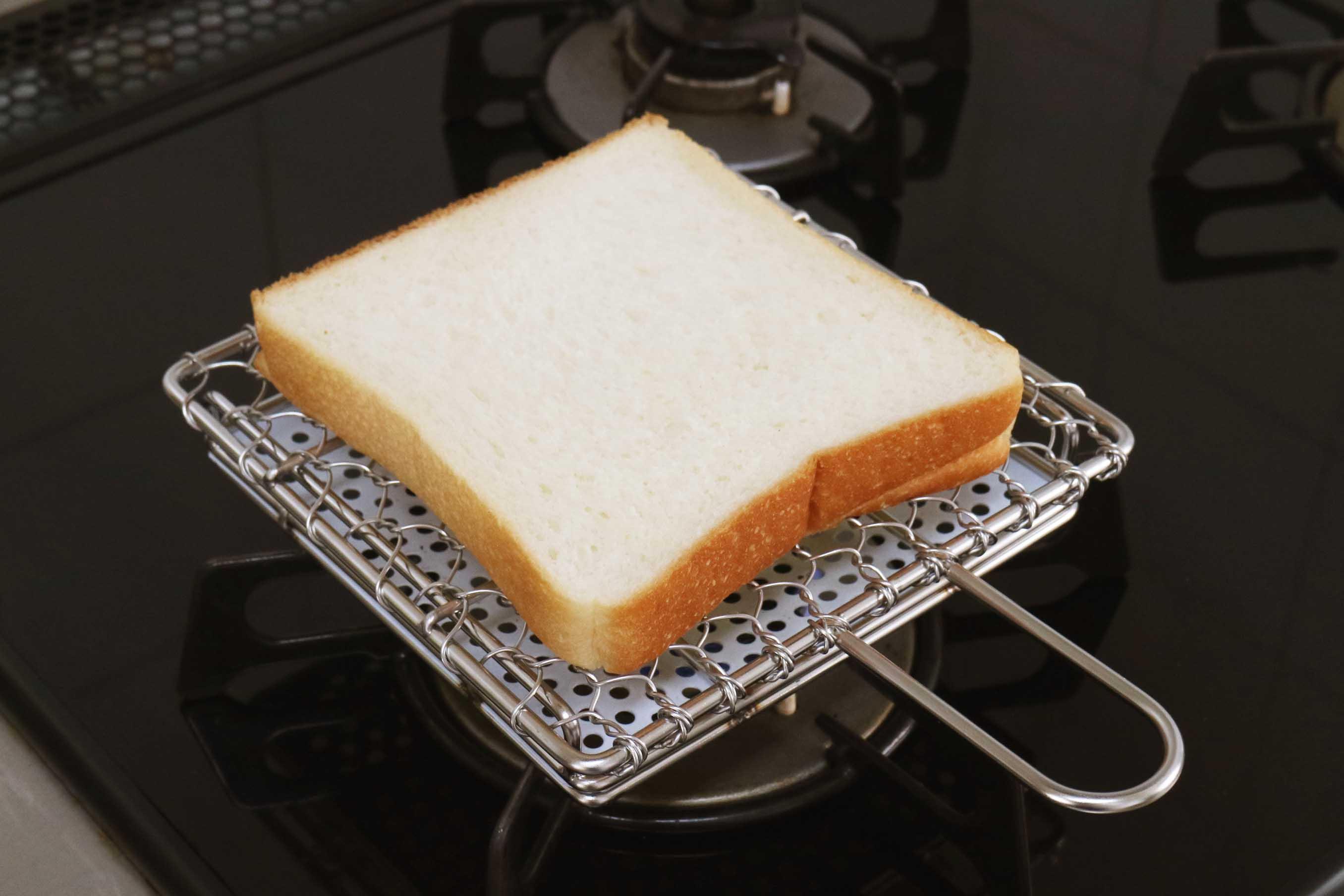 パンを乗せたら10〜15秒ずついろんな方向にひっくり返して行く 上下左右