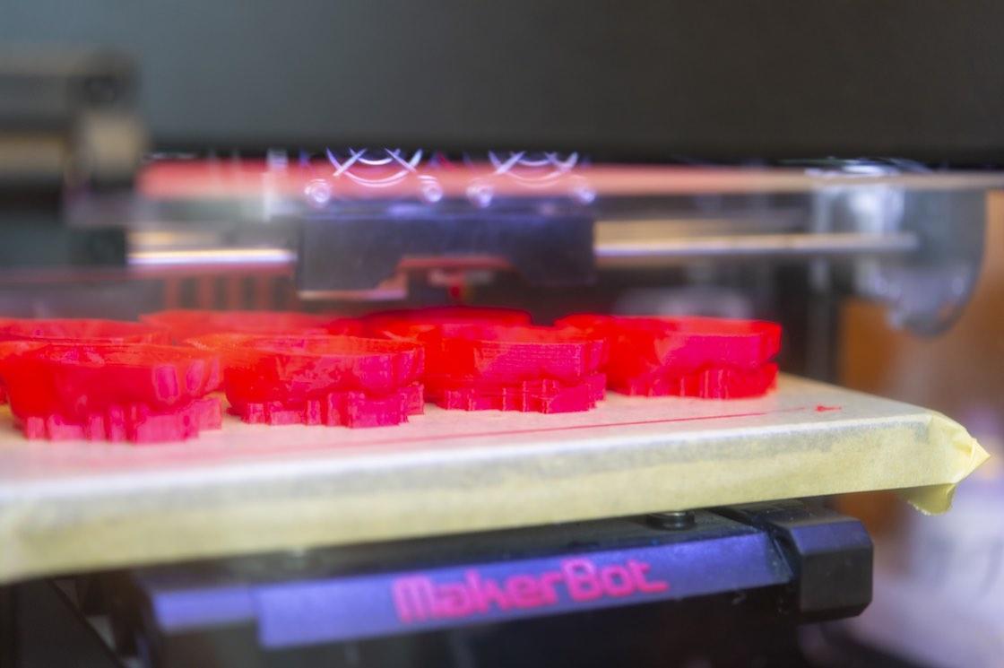 立体作品を3Dスキャンしたデータをもとに3Dプリンターから型を造形する。赤いものがその型