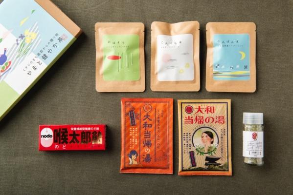 高取町で作られている大和生薬の商品たち。大和当帰など和洋ハーブを、朝、昼、夜のシーンに合わせてブレンドした「やまと健やか茶」や、ハーブエキス配合の「喉太郎飴」など