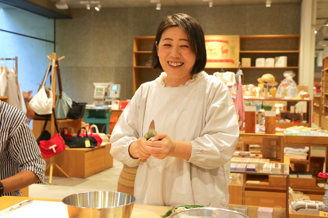 """フードアドバイザーの<a href=""""https://sunchi.jp/sunchilist/oita/104101"""">神谷禎恵さん</a>。「料理研究家と違って、料理は決して得意ではない。けれど、食を通して人を幸せにしたい思いは人一倍」。地元大分でゆずに出会い、ゆずごしょうの魅力を広める活動を10年以上続ける。人呼んで「マダムゆず」"""