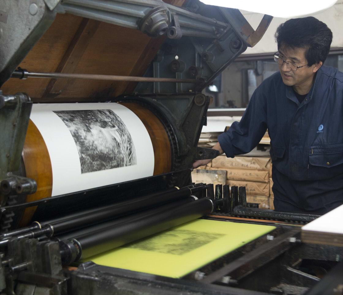コロタイプの印刷機と黄色いゼラチン版