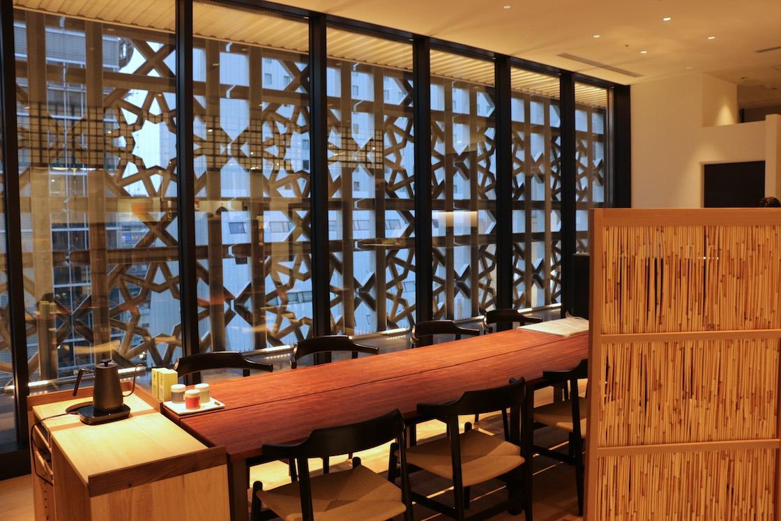 窓の向こうには、リニューアルによって高層階だけに新たに作られた、八角形モチーフの外壁が