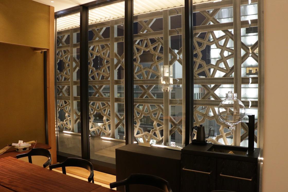 外壁の洋と室内の和のコントラストが際立ちます