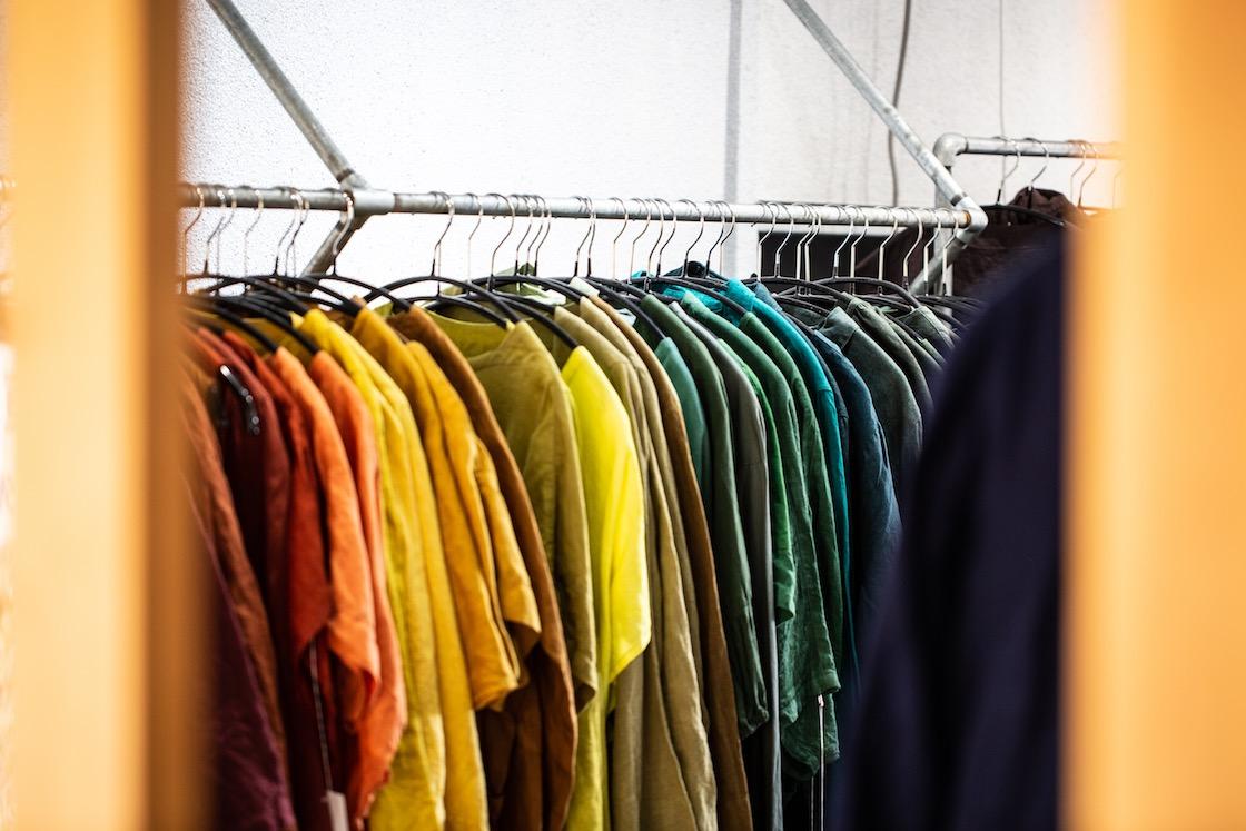 リップル洋品店に並ぶカラフルな洋服