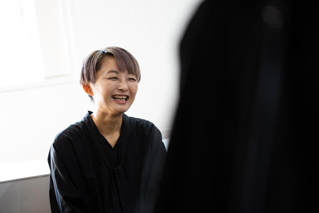 笑って話す久美子さん