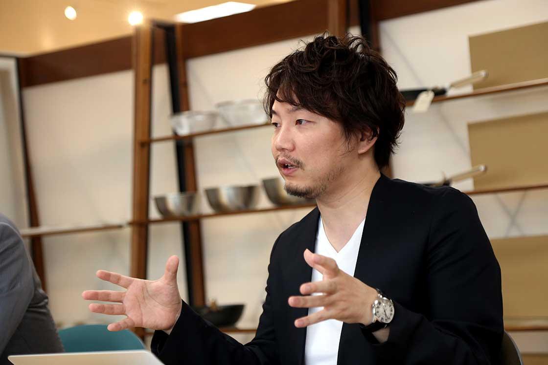 堅田佳一さん。新潟の燕三条をベースに活動するクリエイティブディレクター、プロダクトデザイナー