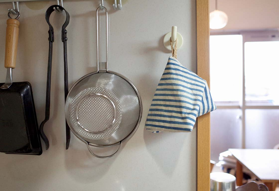 調理道具と吊るしてある鍋つかみ