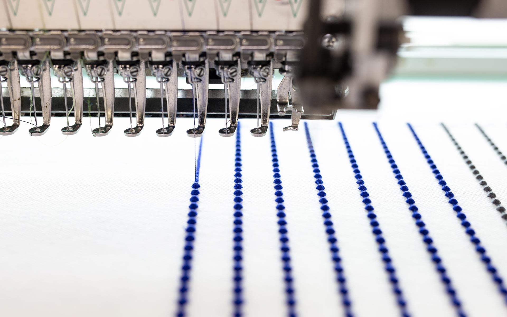 空気のように軽い「000」のアクセサリーを生み出す刺繍工房の内部を見学