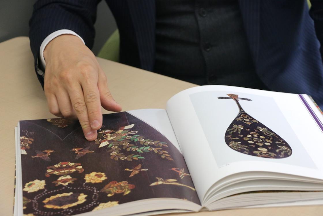図録に収録されている「紫檀木画槽琵琶」の背面は、象牙や緑に染めた鹿角などで豪華に飾られている