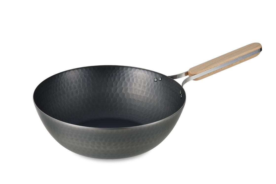 enzo。木のハンドルが印象的な鉄の中華鍋
