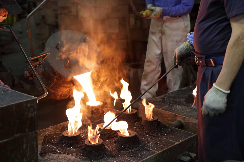 ガス抜きのために火をつけながら流し込んでいく