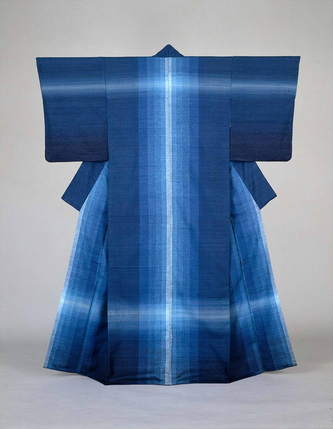 志村ふくみ《紬織着物 水瑠璃》1976年 東京国⽴近代美術館蔵