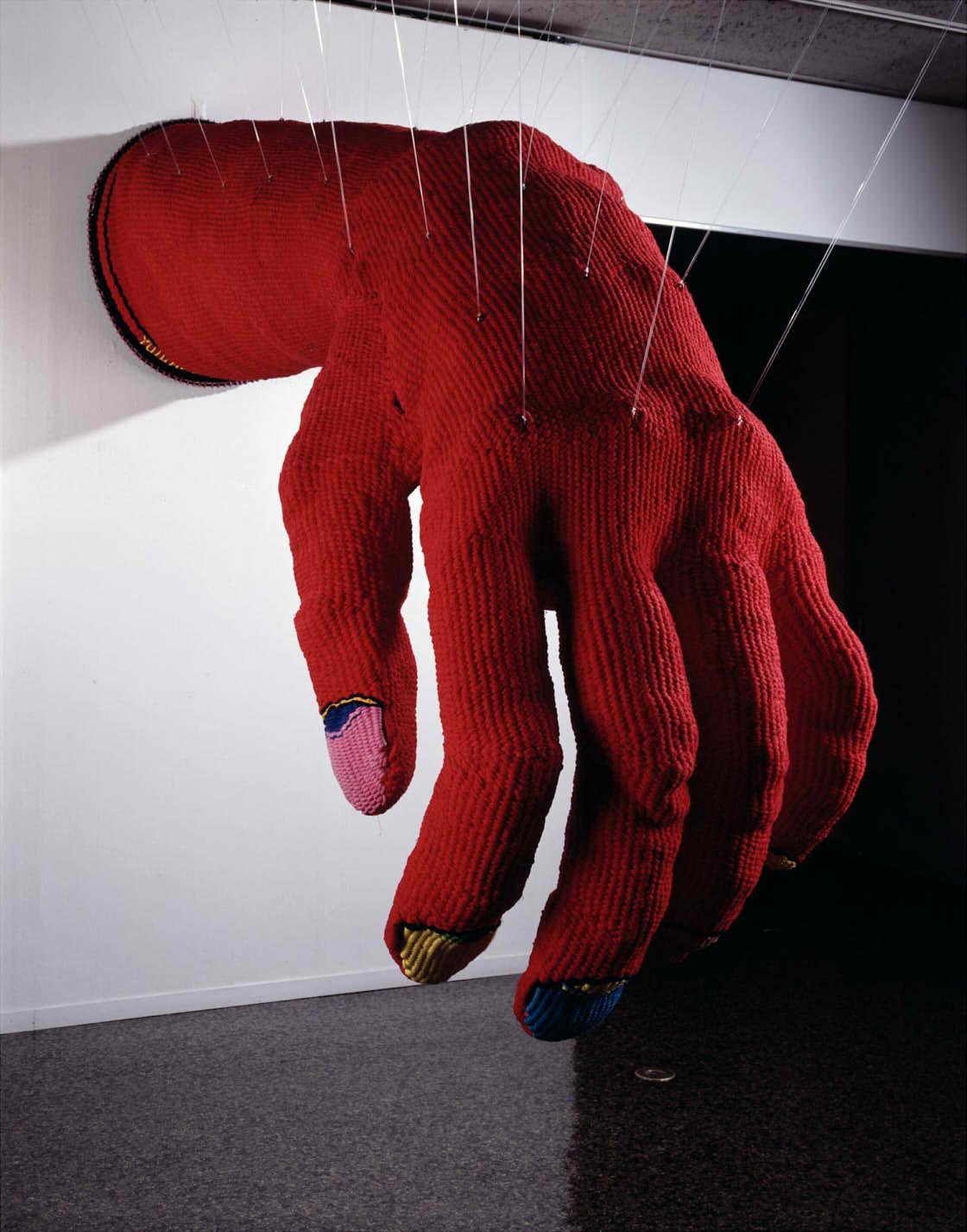 小名⽊陽一《赤い手ぶくろ》1976年 東京国⽴近代美術館蔵