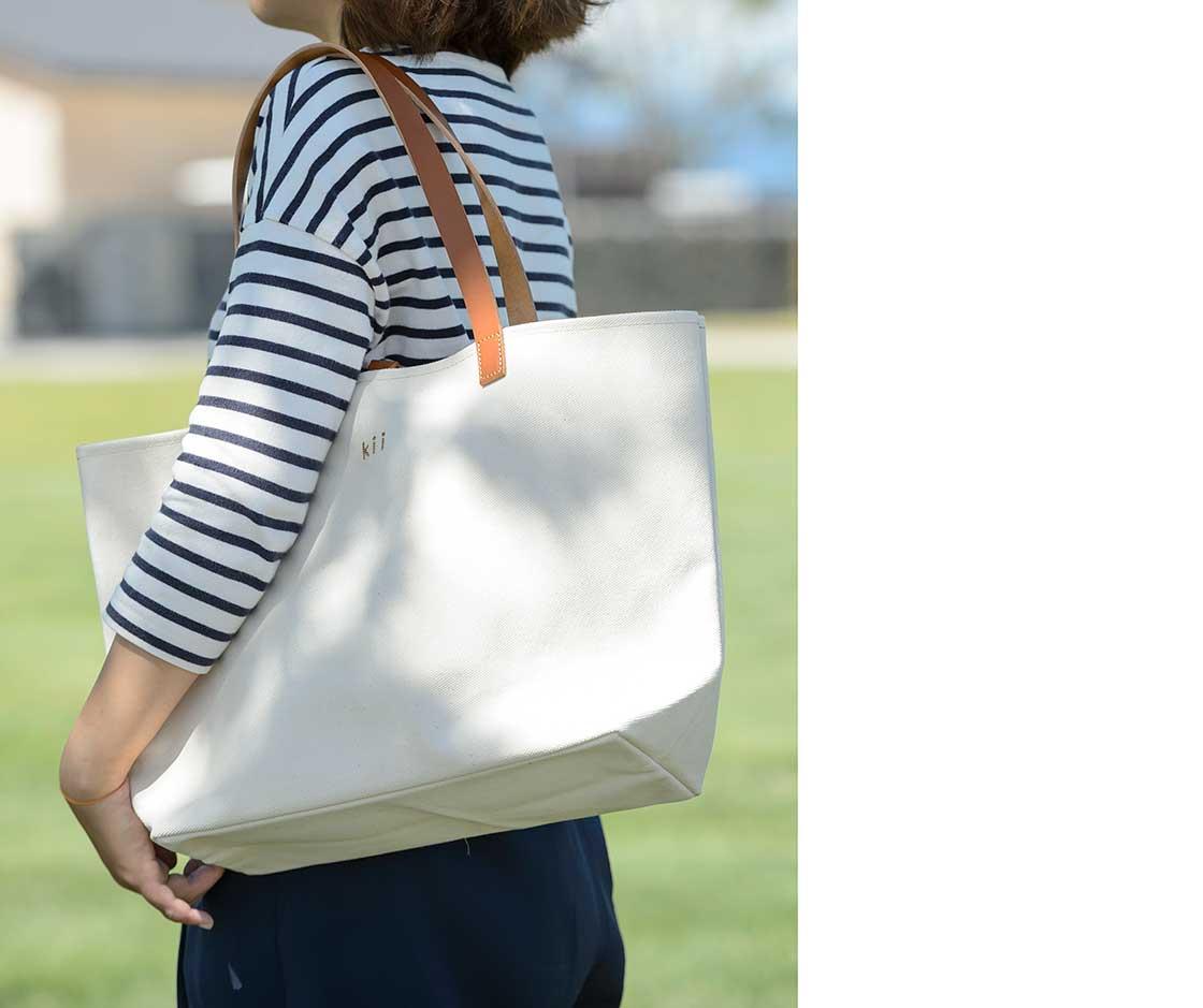 白い帆布かばん