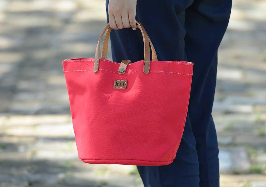 赤い帆布かばん