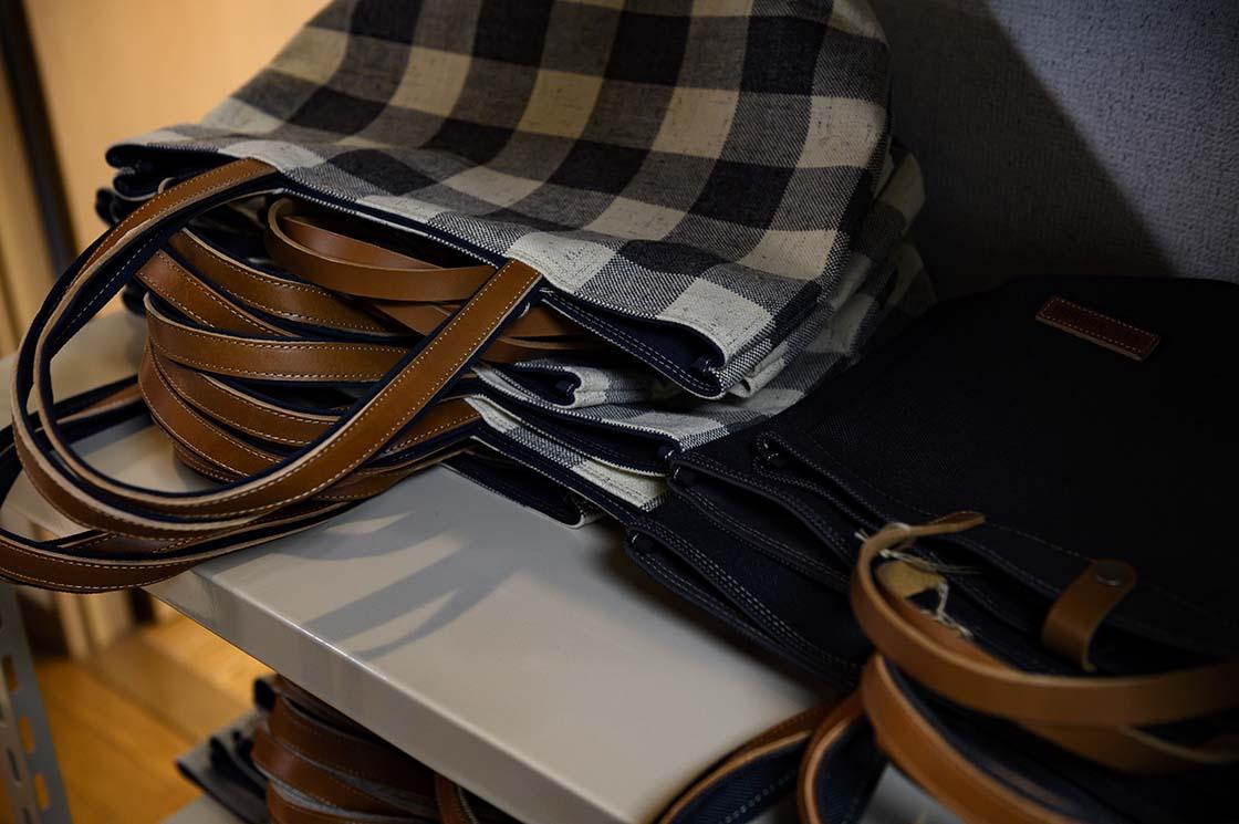 糸を先に染めてから織る「先染め」での技法でチェックなどの柄を作り出す商品も。
