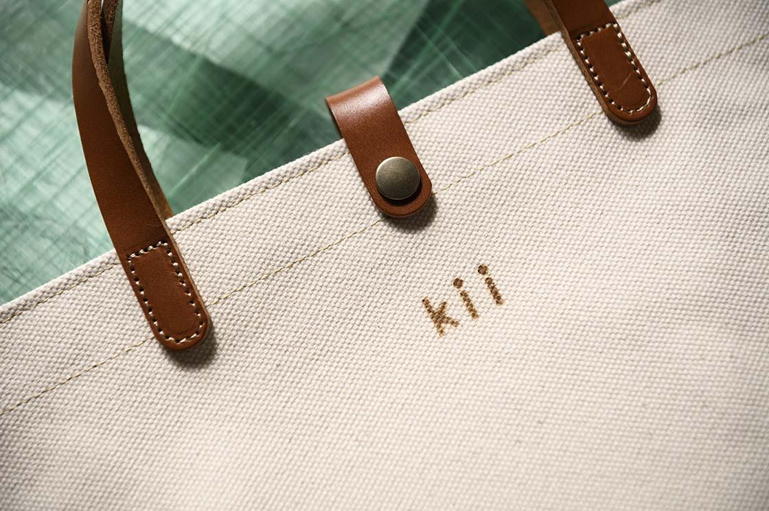「kii」のロゴがはいったかばん