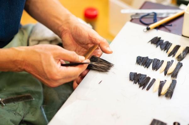 練り混ぜの作業。重ね合わせた毛をむらのないように練り合わせていく