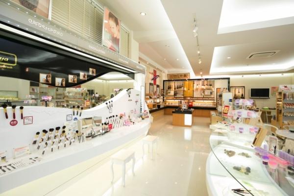 明るいショールームには、筆をはじめ、化粧筆などのオリジナル商品も多数並ぶ