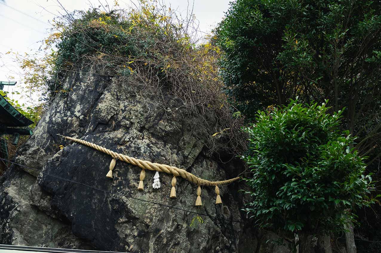 和布刈神社にある巨大な磐座