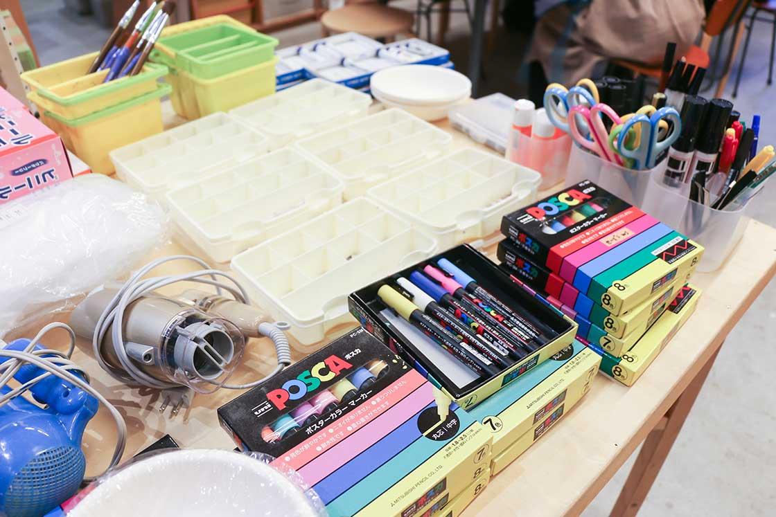 絵の具やポスカなど、道具を使って絵付けしてい行きます