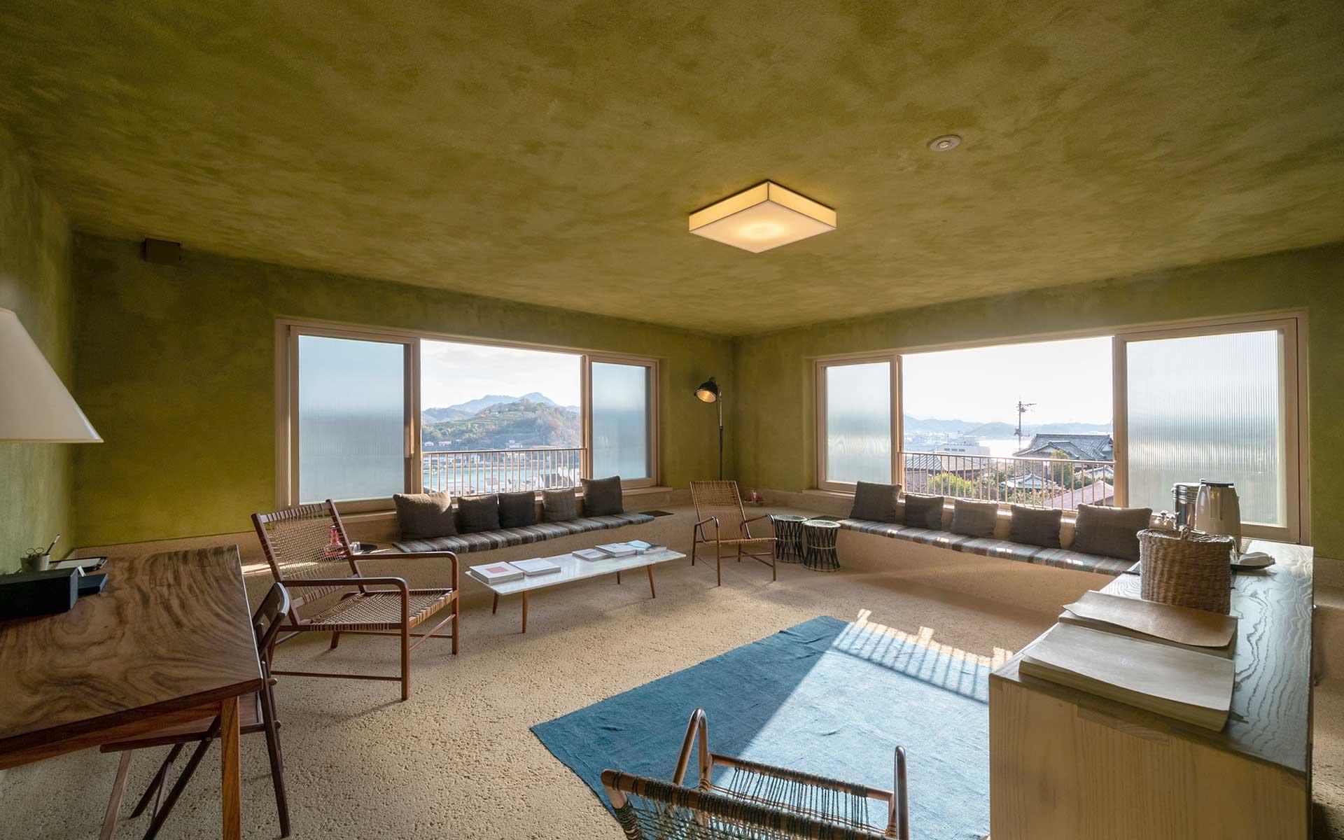 """尾道の""""泊まれる""""文化発信拠点「LOG」。昭和30年代の鉄筋アパートが新しい町の顔になるまで"""