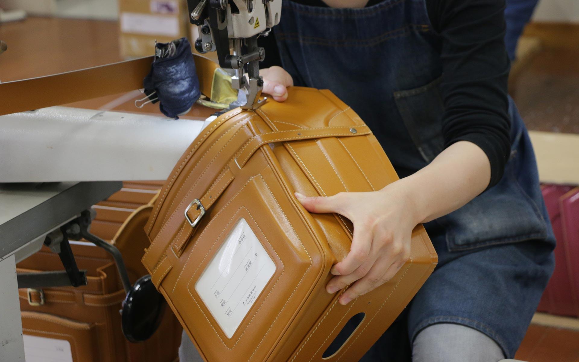 職人さんがランドセルを縫製しているところ。東京・土屋鞄製造所の工房にて