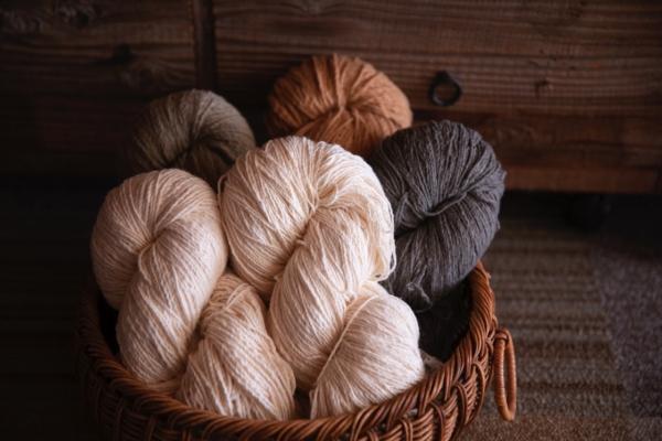 入り口近くには、取り扱っている商品や、ワークショップで利用する機織り機や糸紡ぎ車、糸や布がディスプレイされていました