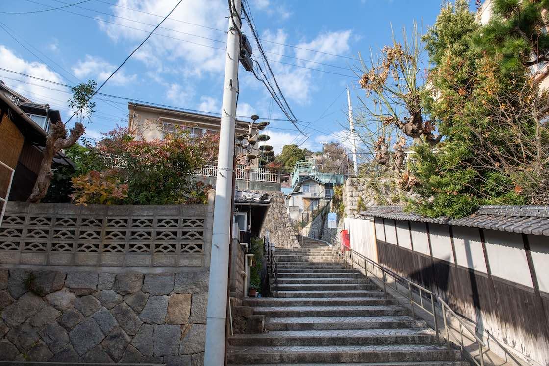 LOGまでの道にある石階段