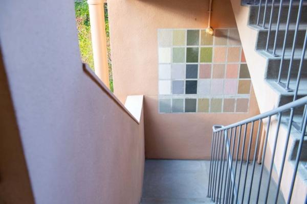 階段の壁にあるカラーモザイク。塗料にケミカル素材が含まれていることが分かり、使われることはなかった