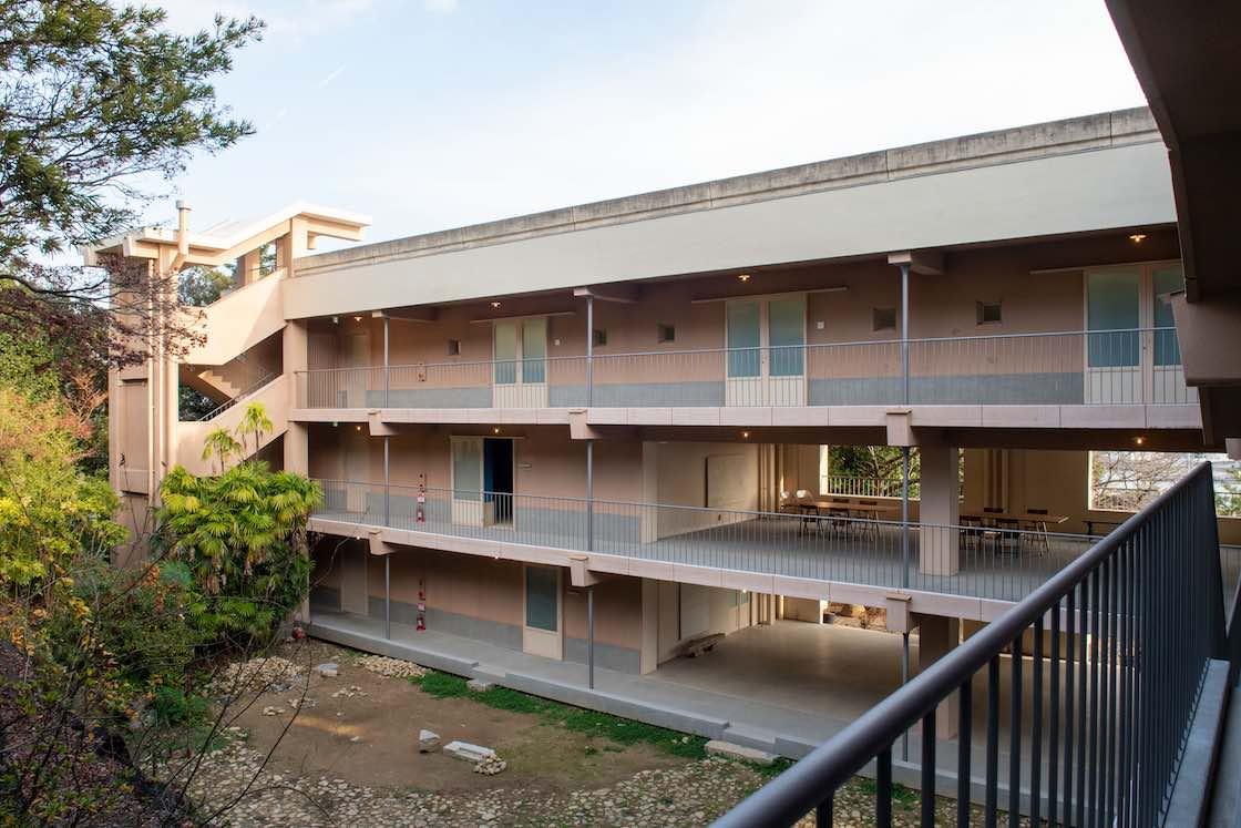 山の手エリアの中腹に建てられた鉄筋コンクリートの新道アパート